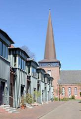 Wohnhäuser, Reihenhäuser; Kirchturm der Immanuelkirche in Wedel.