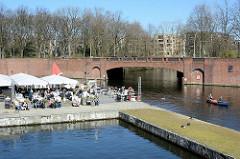 Erweiterung des alten Anlegers an der Stadthallenbrücke beim Stadtpark in HH-Winterhude - Restaurant und Cafe am Wasser vom Goldbekkanal, Stadthallenbrücke.