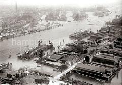 historisches Luftbild von Hamburg; im Vordergrund lks. unten das Kuppelgebäude vom Eingang des St. Pauli Elbtunnels und eine Wassertreppe zum Anleger der Hafenfähren auf Steinwerder. Hinter dem Fährkanal das Gelände der Stülkenwerft.