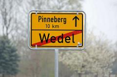 Schild Ortsende Wedel - Pinneberg 10 km.