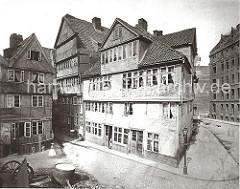 """Wohnhäuser an der Kibbeltwiete Ecke Brook; an der Strassenecke steht eine eiserne Gaslaterne, lks. dahinter das Strassenschild """"Kibbel Twiete"""" an der Fassade des Fachwerkhauses."""