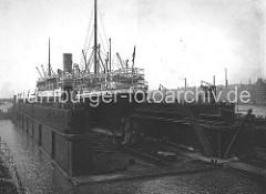 Schwimmdock, Elbdock der Hamburger Werft Blohm + Voss; der Dampfer Cäcilie ist eingedockt.