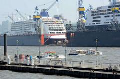 Kreuzfahrtschiffe im Schwimmdock der Hamburger Werft Blohm + Voss; im Vordergrund der Hafenfähren Anleger Altonaer Fischmarkt.