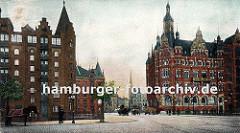Blick über die St. Annenbrücke zur Kornhausbrücke - im Hintergrund ist der Kirchturm der St. Petrikirche zu erkennen. Links steht ein Pferd mit Decke in seiner Deichsel, zwei kleine Strassenbäume sind an den Strassenrand gepflanzt.