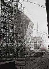 Die HAPAG Schnelldampfer der Ballin-Klasse, die alle in den 1920er Jahren auf der Hamburger Schiffswerft Blohm & Voss vom Stapel liefen, sind 1933/34 dort umgebaut und verlängert worden.