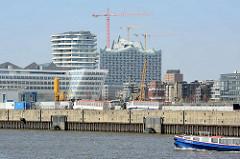Architektur der Hafencity Hamburg - Unilevergebäude, Marco Polo Tower und Elbphilharmonie; im Vordergrund der Strandkai / Chicagokai - Kreuzfahrt Terminal Hafencity.