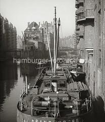 Blick von der Poggenmühlenbrücke auf die Fleete der Hamburger Speicherstadt. Links liegt das Holländische Brooks Fleet mit den Speichern x und V sowie rechts das Wandrahmsfleet mit dem Speichergebäude W.