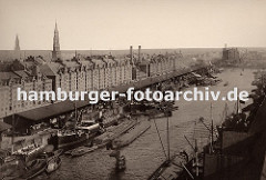 Blick vom Kaispeicher A über den Sandtorhafen zur Hamburger Speicherstadt - dicht gedrängt liegen die Schiffe am Sandthorkai - die Frachter werden entladen, Schuten und Binnenschiffe übernehmen die Ladung und transportieren sie weiter.