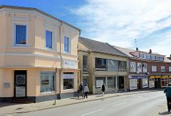 Wohnhäuser - Geschäftshäuser, unterschiedlich gestaltete Hausfassaden; Mühlenstrasse / Wedel.