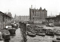 Blick von der Baakenbrücke auf den Magdeburger Hafen - Schuten und Binnenschiffe liegen am Kai unter den Winden der Fruchtschuppen. Am Bug eines der Lastkähne ist das Logo der Hamburg - Südamerikanische Dampfschifffahrts-Gesellschaft H.S.D.G.