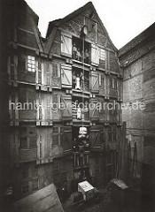 Historisches Speichergebäude am ALTEN WANDRAHM im Gebiet der zukünftigen Speicherstadt - Lagerarbeiter stehen bei geöffneten Luken auf den unterschiedlichen Lagerböden; im Hintergrund sind Säcke gestapelt.