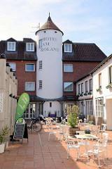 Cafe im Hinterhof - Turmgebäude eines Hotels, Wedel.
