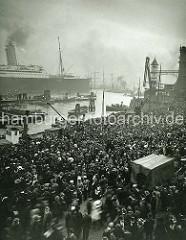 Auslaufen der in Hamburg gebauten Imperator - Menschenmenge an den Hamburger St. Pauli Landungsbrücken.