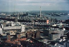 Blick über den Hamburger Binnenhafen Richtung Speicherstadt und Hamburger Freihafen. In der Bildmitte der Schornstein des HEW Kraftwerk Hafen und lks. das Hamburger Gaswerk auf dem Grasbrook.