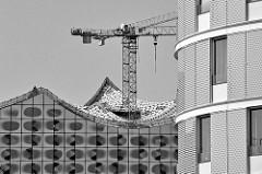 Baukran und Dach der Elbphilharmonie im Hamburger Stadtteil Hafencity - Schwarz Weiss Fotografie.