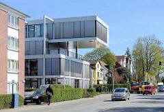 Modernes Verwaltungsgebäude - historische Wohnhäuser; Rosengarten / Wedel.