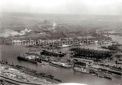 Im Vordergrund der Vulkanhafen und Schwimmdocks der Howaldtswerft; dahinter liegen Frachtschiffe am Mönckebergkai des Ellerholzhafens. Am oberen rechten Bildrand die Ellerholzschleuse und lks. davon der Kaiser- Wilhelm- Hafen.