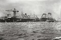Blick über die Elbe auf die Werftanlagen der DEUTSCHEN WERFT am Reiherstieg - auf den Portal der Kabelkräne steht der Schriftzug der 1918 auf Finkenwerder gegründeten Hamburger Werft.