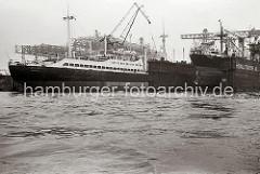 Das Kombischiff SANTA INÉS liegt am Ausrüstungskai der Hambuger HOWALDSWERKE AG - dies kombinierte Fracht- und Passagierschiff der Reederei HAMBURG SÜD ist der letzte Neubau der Santa-Klasse.