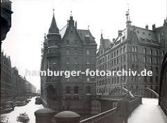 Blick von der Neuerwegsbrücke zum Speicherblock G, rechts ist ein Ausschnitt vom Speicherblock H zu erkennen. dicht gedrängt liegen die Schuten im Fleet und werden gelöscht oder beladen - eine Barkasse in Fahrt Richtung St. Annenbrücke.