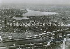 Luftaufnahme ca. 1930; ganz im Vordergrund ist ein Ausschnitt vom Grasbrookhafen mit den Lagerschuppen des Dalmannkais zu erkennen.  Dahinter der Sandtorhafen mit den Schuppen am Sandtorkai, die sich bis zur Brooktorschleuse hinziehen.