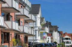 Balkons und Hausfassaden unterschiedlicher Baustile - Architektur in Wedel / Holstein.