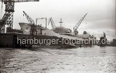 Die TINA ONASSIS läuft 1953 auf der Werft HOWALDSWERKE HAMBURG AG vom Stapel - das 236,40m lange und 29,10m breite Turbinentankschiff hat eine Tragfähigkeit von 49 722 t.