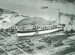 Luftaufnahme der Deutschen Werft auf Hamburg Finkenwerder - Stapellauf vom Tankmotorschiff Frank Klasen.