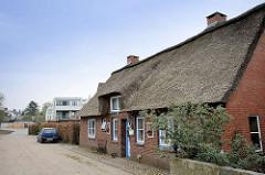 Historische Architektur - Reetdachgebäude, Wohnhaus in Wedel / Holstein.