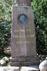 Gedenkstein mit Portrait-Medaillon von Friedrich Schiller bei der Immanuelkirche in Wedel.