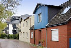 Wohnhäuser mit Holzgiebel und Klinkerfassade - Architekturbilder aus Wedel.