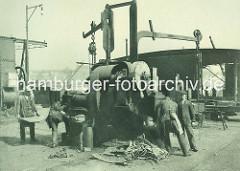Ausstanzen von Nietlöchern auf der Schiffswerft, Maschinenfabrik Heinrich Brandenburg in Hamburg Steinwerder.