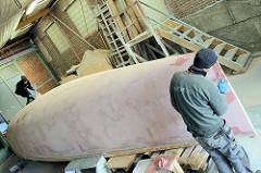 Ausfleckarbeiten am Schiffsbug vom Daysailer auf der Lütje Werft- restliche kleine Unebenheiten werden mit Epoxidspachtelmasse ausgefüllt