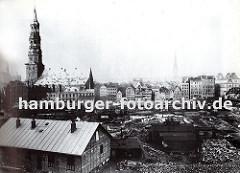 Blick über den Hamburger Kehrwieder zur Hauptkirche St. Katharinen - die historische Architektur Hamburgs, zu der auch viele Barockhäuser gehörten, ist auf den Elbinseln niedergerissen.