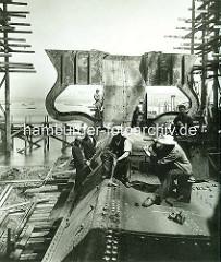 Nieterkolonne auf der Vulkanwerft im Hamburger Hafen - Bau des Passagierschiffs Imperator.
