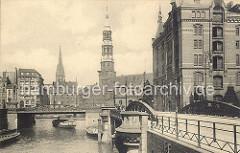 Brücken in der Hamburger Speicherstadt - rechts die Kannengiesserortbrücke mit einem eisernen Laternenmast. Dahinter der Speicherblock P - einige der Bodentüren sind geöffnet.
