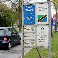 Schild Stadt Wedel - Gemeinde Europas - Mitglied der Städtegemeinschaft Hiroshima Zur Abschaffung aller Atomwaffen.