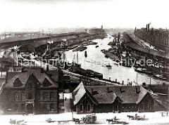 Dicht an dicht liegen die Frachtschiffe und Schuten im Sandtorhafen am Kaiserkai und Sandtorkai - auf der Strasse fahren leere und beladene Pferdefuhrwerke.