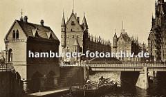 ein Schiff hat gerade die St. Annenbrücke in der Hamburger Speicherstadt passiert - um die niedrige Brückendurchfahrt zu ermöglichen ist der Mast des Schiffes umgelegt.