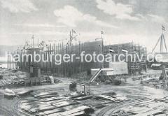 Schiffsbau auf der Werft Blohm & Voss; zwei Schiffsrümpfe liegen auf Kiel - eines ist bereit für den Stapellauf.