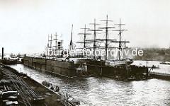 Schwimmdocks der Werft Blohm & Voss in Hamburg - Grosssegelschiffe sind eingedockt.
