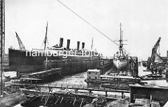 Schwimmdocks der Werft Blohm + Voss in Hamburg - ein Passagierschiff sowie ein Kriegsschiff sind eingedockt.