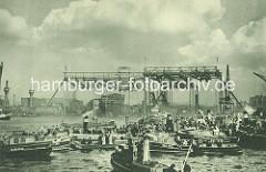 Stapellauf der Cap Arcona in Hamburg - im Hintergrund die Helgen der Werft Blohm Voss und der Schnelldampfer; Barkassen mit Schaulustigen auf der Elbe.