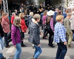 Osterstrassenfest in Hamburg Eimsbüttel - Musikgruppe und TänzerInnen.