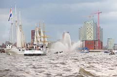 Hafengeburtstag der Hansestadt Hamburg - Tradtionssegler, Segelschiffe und Fahrgastschiffe mit Touristen vor dem Gebäude der Elbphilharmonie.