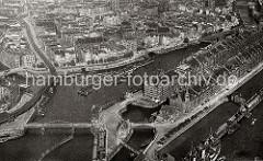 Blick auf die Hamburger Speicherstadt und den Binnenhafen; links im Vordergrund die Niederbaumbrücke.