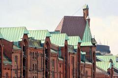 Kupfergedeckte Dächer und Giebeltürme der Backsteinarchitektur der historischen Hamburger Speicherstadt.