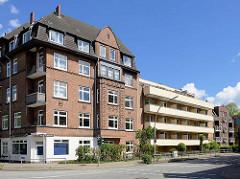 Mehrstöckiges Klinkergebäude und moderner Neubau / Balkons - Gazellenkamp Hamburg Stellingen.