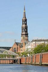Blick vom Zollkanal zur St. Katharinenkirche in dem Hamburger Stadtteil Altstadt.