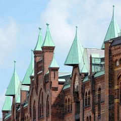 Kupfergedeckte Giebeltürme der Backsteinarchitektur der Hamburger Speicherstadt.